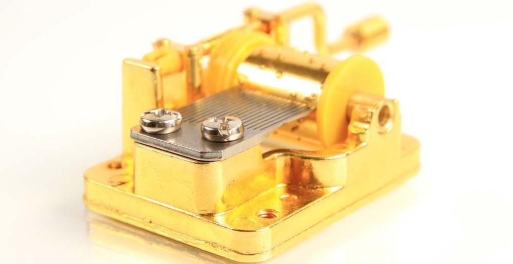 7. Taufgeschenke-Tipp: eine goldene Spieluhr als perfektes Geschenk zur Taufe