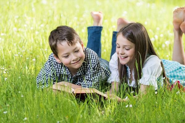 Von Kindheitsträumen bis zu engen Verbindungen, von kleinen Spitzeleien bis zu komischen Ideen, alles Mögliche findet in einem Freundschaftsbuch seinen Platz.(#01)