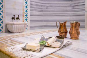 Massagen und Peelings durch den Tellak sowie dessen Wassergüsse tragen sehr zum Wohlbefinden der Badegäste bei. (#1)
