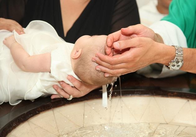 Die Suche nach dem passenden Taufspruch kann durchaus ein wenig Zeit in Anspruch nehmen, ebenso wie die Fürbitten, die durch die Eltern und die Taufpaten verfasst werden. (#05)