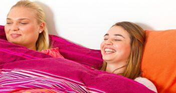 Übernachtung Jugendlicher beim Freund: Wie geht man als Eltern damit um?