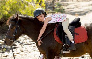 Für Kinder lockt in der Auvergne das Reiten. Pferde faszinieren Kinder seit Urzeiten. Hier werden sie zum geliebten Begleiter in den Ferien. (#2)