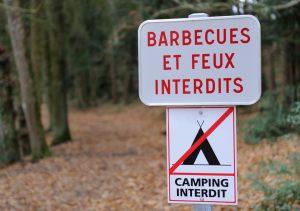 Beim Camping in der Auvergne gelten leider auch Verbote: Verboten ist an manchen Stellen das Grillen und offenes Feuer. Man sollte sich unbedingt an die Hinweisschilder halten. (#4)
