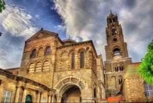 Die Cathedrale Notre-Dame in Le-Puy-en-Velay. Sie erinnert tatsächlich ein wenig an Saint  Julien und zählt ebenfalls zu den ganz großen Sehenswürdigkeiten in der Auvergne. (#4)
