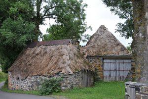 """Die """"Maisons à toit de chaume"""" (Strohdächer) in  Bigorre im Departement Haute Loire ehören zu den Sehenswürdigkeiten in der Auvergne. Sie stehen nicht in jedem Reiseführer - sollten es aber! (#1)"""