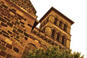 Wenn man die Sehenswürdigkeiten der Auvergne aufzählt, darf die Basilika Saint Julien in Brioude nicht fehlen. Sie ist eine der Hauptkirchen der Limagne, liegt in der 7.000-Seelengemeinde auf der Terrasse oberhalb des Flusses Allier. Vier Baumeister-Generationen errichteten das Gebäude in der Basse Auvergne(#5)