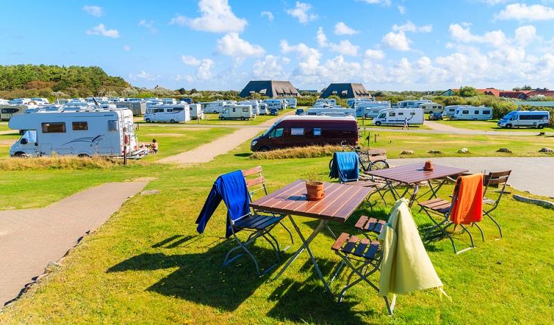 Mit 80 bis 100 Quadratmeter großen Stellplätzen heißt der Campingplatz selbstverständlich auch Zelter, Wohnmobile und Caravans willkommen. Allerdings gilt: In solchen dürfen maximal sechs Personen campen. (#04)