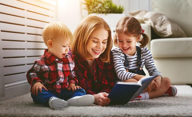 Fachleute sind der Meinung, dass Kinder Bücher bräuchten, auf der anderen Seite aber auch Erwachsene, die ihnen daraus vorlesen.(#01)