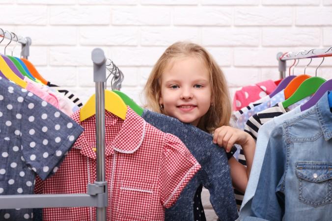 """Auch Kleidung darf verschenkt werden und zählt immer dann in die Kategorie """"Persönliche Geschenke für Kinder"""", wenn sich das Kind dieses eine Kleidungsstück ausdrücklich gewünscht hat. Sei es ein besonderes Kleid, ein bestimmter Pullover oder auch ein Shirt mit Wendepailletten, wie es gerade absolut im Trend ist. (#4)"""