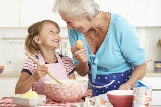 """Es muss nicht immer ein klassisches Geschenk sein. Verschenken Sie doch einfach eine Portion """"Quality Time"""" (dt. Qualitätszeit), in der Sie ihrem Kind oder Enkelkind besonders viel Aufmerksamkeit und Zeit widmen. Wie wäre es beispielsweise mit einem Back-Wochendene mit Oma? (#3)"""