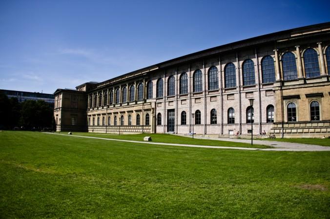 Ein Besuch von der alten Pinakothek darf bei einem romantischen Wochendende in München nicht fehlen. Das Kustmuseum zählt zu den bedeutendsten Gemäldegalerien der Welt und stellt unter anderem Gemälde von Malern des Mittelalters bis zur Mitte des 18. Jahrhunderts aus. (#3)
