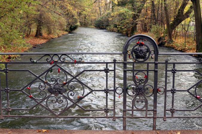 Einen schönen Liebesbeweis in Form von Liebesschlössern, kann man im Englischen Garten an einer Brücke hinterlassen - eine tolle Idee für das romantische Wochende in München. (#2)