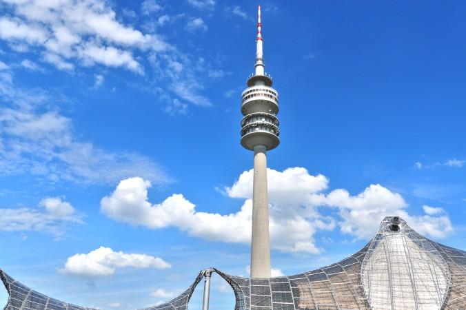 Ein schöner Start für das romantische Wochenende in München ist - vor allem bei bei gutem Wetter - der Olypiaturm mit seiner hohen Aussichtsplattform und dem kleinen aber feinen Rock n Roll Museum. (#1)