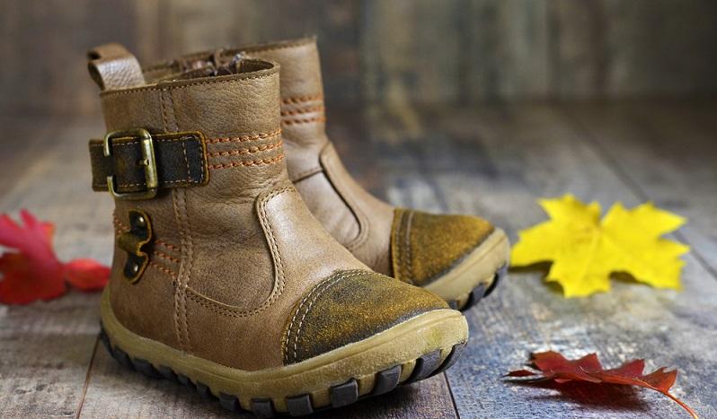 Das Material ist ebenso wichtig, da sich dieses auf die Beschaffenheit des Schuhs auswirkt. Gerne werden als Außenmaterialien Naturleder oder auch Kunstleder genutzt, für das Innenfutter werden überwiegend Kunststoffe, Textilien und auch Naturwolle verarbeitet. (#02)
