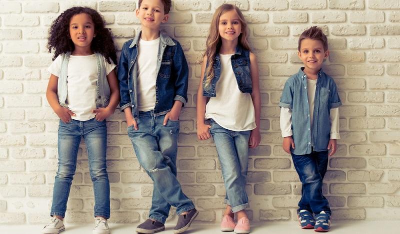 Kleidung im Frühling: Während die Erwachsenen frieren, ziehen Kinder ihre Jacke aus, um auf dem Spielplatz herumzutollen. (#01)