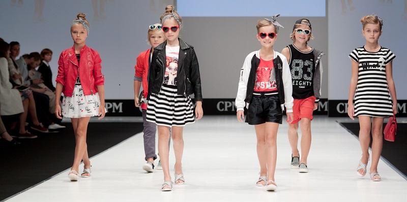 Kleidung im Frühling: Weiterhin beliebt sind auffällige T-Shirt- und Kleideraufdrucke, die den Kleinen das Tragen versüßen. (#04)