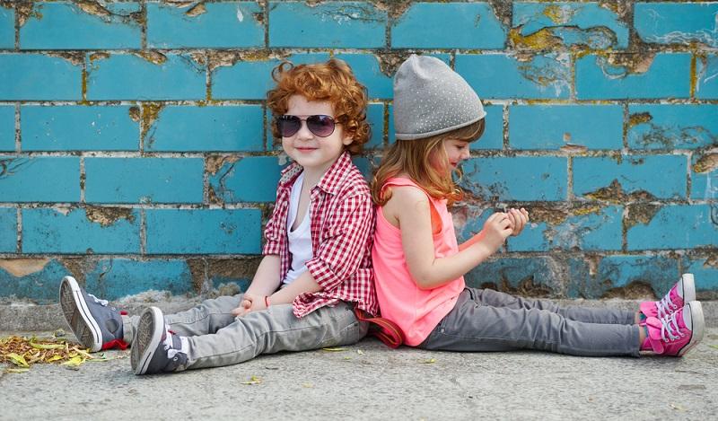 Kleidung im Frühling: Die Kindermode in diesem Jahr startet farblich etwas dezenter, wird aber zum Sommer hin wieder knallig. (#03)