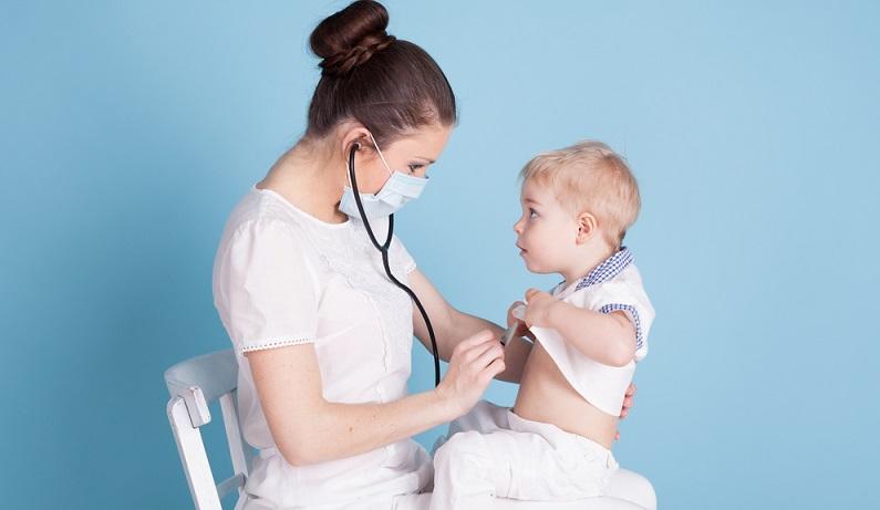 Andere Ursachen eines akuten Hustens sind das Einatmen von Fremdkörpern und das Verschlucken beim Essen. Gelingt es dem Kleinkind nicht, einen eingeatmeten oder verschluckten Fremdkörper auszuhusten, müssen die Eltern es sofort einem Arzt vorstellen. (#02)