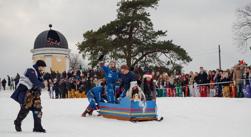 Dieser Tag ist der Faschingsdienstag, der Höhepunkt der Feierlichkeiten in Finnland. Dabei feiern die Menschen dort kein richtiges Faschingsfest, hier dreht sich eher alles um das Rodeln.