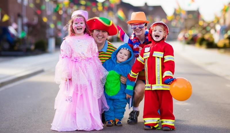 Kinder haben einen großen Spass am verkleiden