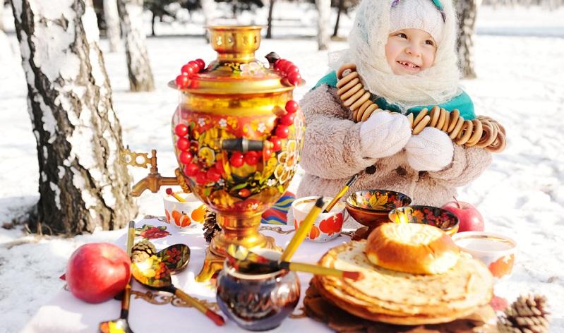 """Der Karneval in Russland lässt sich mit """"Butterwoche"""" übersetzen, was aus einer Zeit rührt, in der es vorrangig Milchprodukte in dieser Woche gab. Heute gibt es sieben Tage lang Pfannkuchen, die sogenannten Blini, außerdem Honig und Kaviar."""