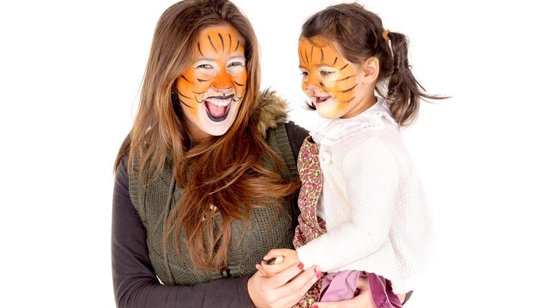 Die Dschungelparty ist ein beliebtes Partymotto für Kinder, Jugendliche und für Erwachsene. Affen, Tiger und Papageien sind nur einige bunte Beispiele für die vielfältigen Kostüme, die Sie hierfür verwenden können.