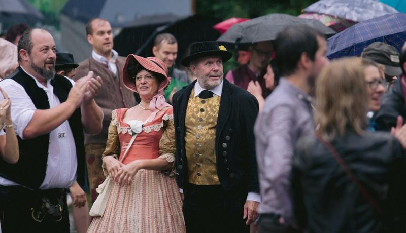 Regen hält die Bayern nicht auf: Traditionelle Trachten auf dem Kocherball in München( Foto: Shutterstock-Timo Nausch)