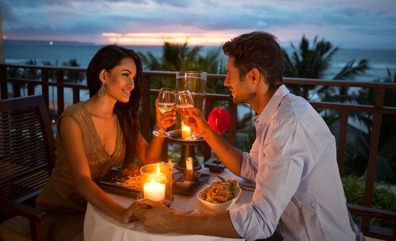 Als Geschenk zum Jahrestag ist dies ideal: Beide Partner treffen sich wieder dort, wo sie ihr erstes Date erlebt haben, wobei die Details (Uhrzeit, Wahl der Speisen und Getränke, Musik) wichtig sind. (Foto: Shutterstock-Lucky Business)