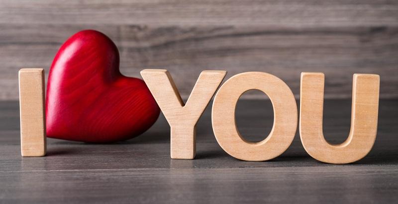 Holz ist ein wunderbares natürliches Geschenk. Wenn es dann noch eine Liebeserklärung ist umso besser ( Foto: Shutterstock-_New Africa )