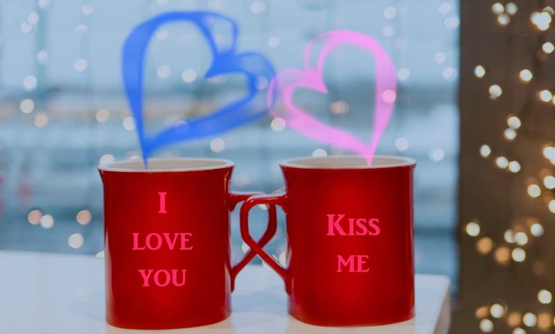Wird in eine Zaubertasse etwas Heißes eingefüllt, so zeigt sich die Liebesbotschaft.( Foto: Shutterstock-YuSafa)